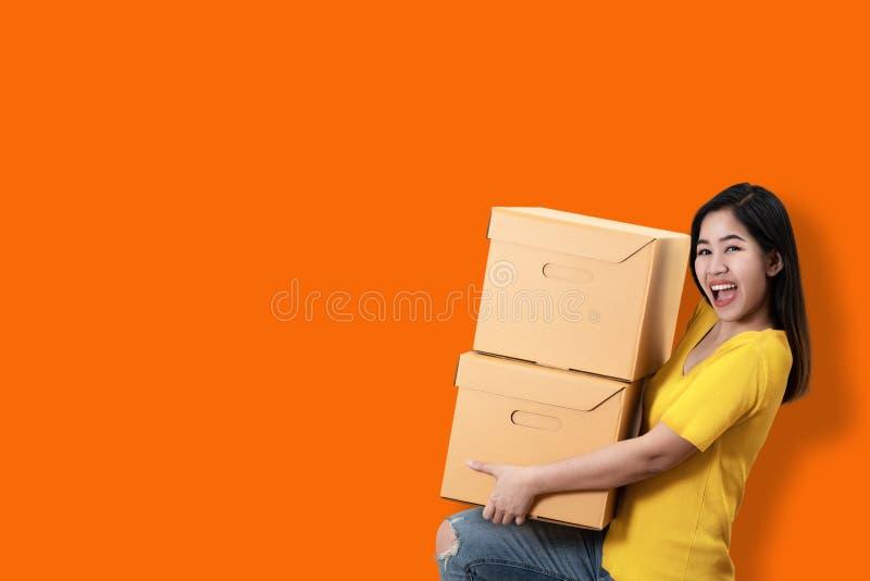 Portret młodego azjatykciego przedsiębiorcy ono uśmiecha się i trzyma szczęśliwy o zdjęcie royalty free