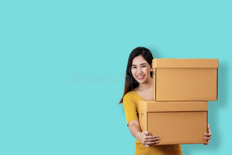 Portret młodego azjatykciego przedsiębiorcy ono uśmiecha się i trzyma szczęśliwy o obrazy royalty free
