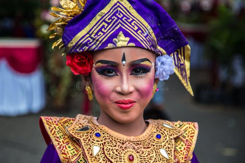 Portret Młodego balijczyka tradycyjna dziewczyna w Bliźniaczym Jeziornym festiwalu w Bali, Indonezja Czerwiec 2018 obrazy stock