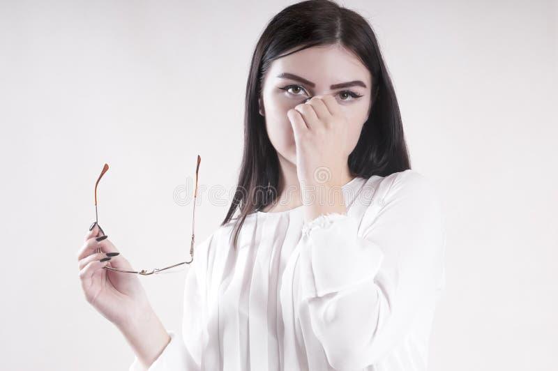 Portret młodego bizneswomanu boleśni oczy, szkła, studio zdjęcia royalty free