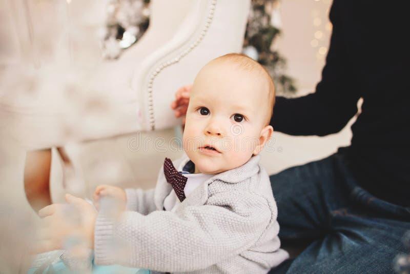 Portret młodego chłopca bawiącego się z ojcem w świątecznej atmosferze obrazy royalty free