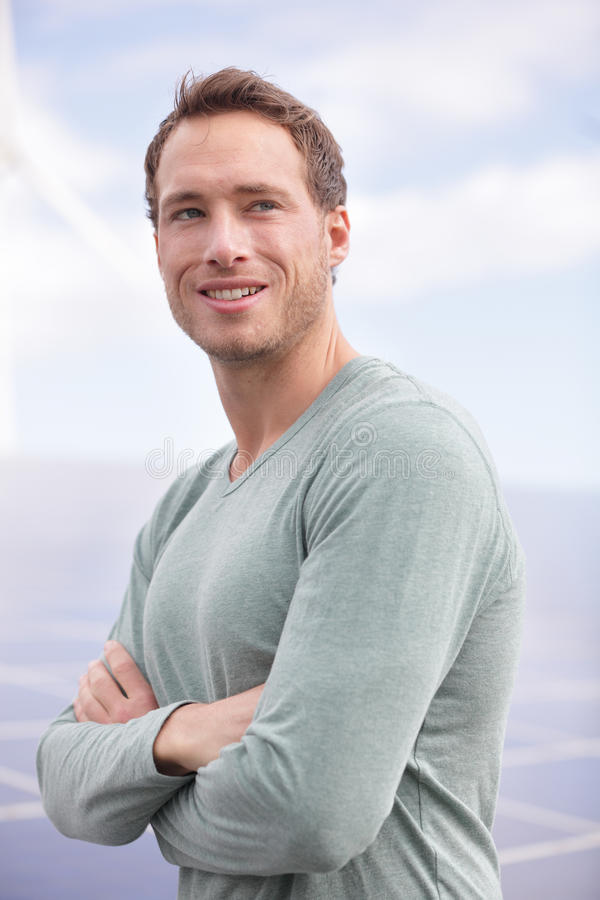 Portret młodego człowieka przedsiębiorca panel słoneczny zdjęcia royalty free