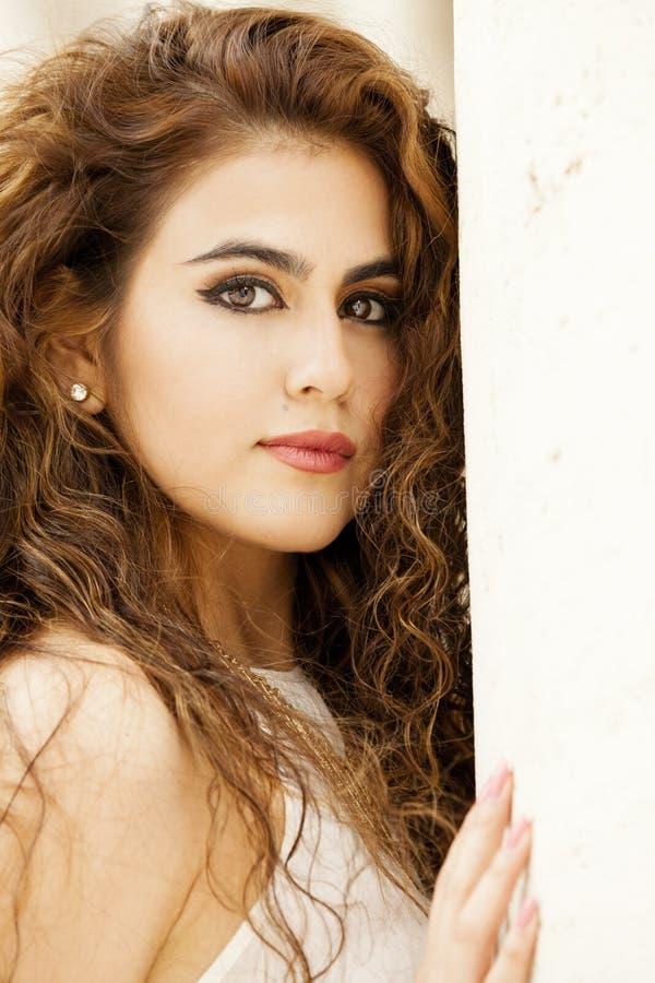 Portret młodego pięknego kobieta modela falisty brown włosy obraz royalty free