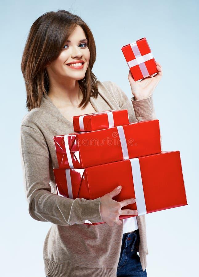 Portret młodego szczęśliwego uśmiechniętego kobieta chwyta prezenta czerwony pudełko Isolat zdjęcia stock