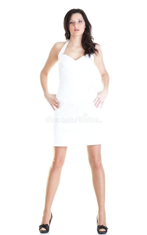 Portret młodej kobiety atrakcyjnej pozyci odosobniony biały backgrou zdjęcia stock