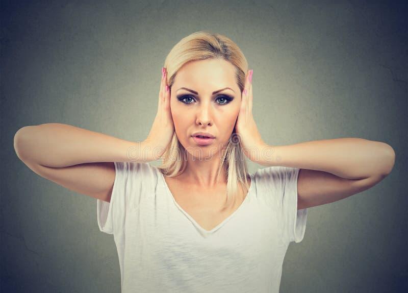 Portret młodej kobiety nakrycie z rękami jej ucho fotografia royalty free