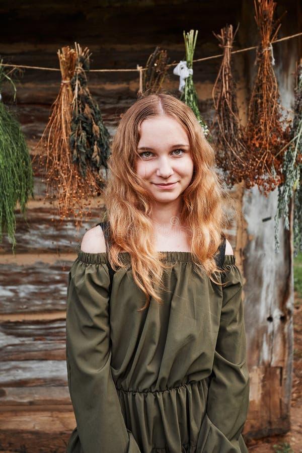 Portret młodej kobiety stojącej przed domkiem fotografia stock