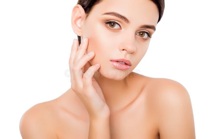 Portret młodej kobiety wzruszająca skóra na jej policzku Zamyka w górę portreta czarować uroczej dosyć pięknej atrakcyjnej damy o zdjęcie stock