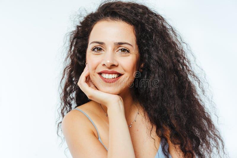 Portret młodej, pięknej modelki z włosami kędzierzawymi fotografia stock