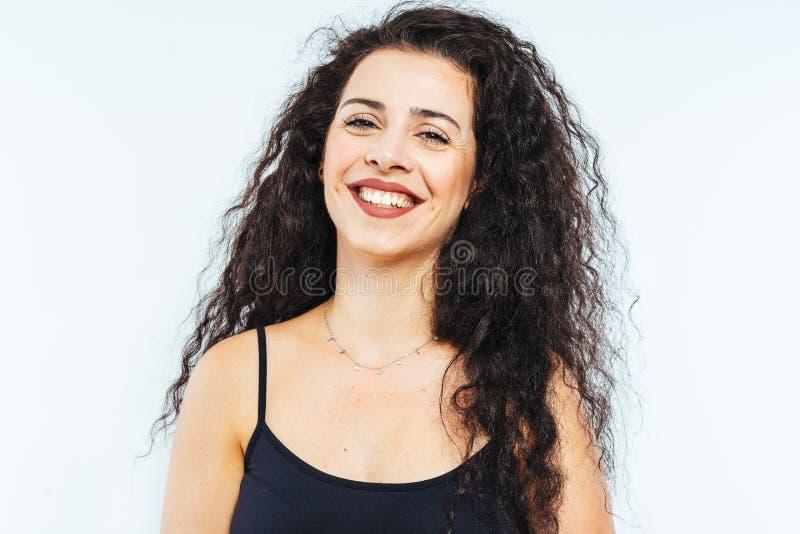 Portret młodej, pięknej modelki z włosami kędzierzawymi obraz royalty free