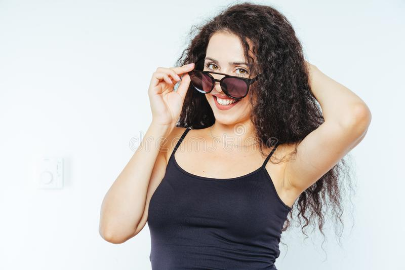 Portret młodej, pięknej modelki z włosami kędzierzawymi obrazy royalty free