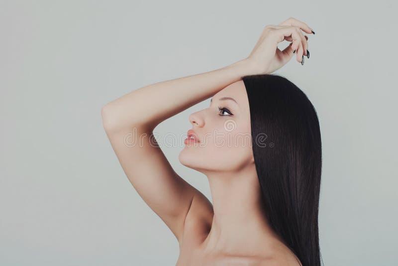 Portret młodej pięknej seksownej brunetki kobiety długi zdrowy włosy obrazy stock