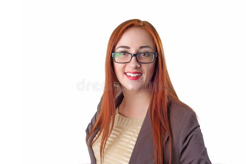 Portret młodej szczęśliwej uśmiechniętej rozochoconej rudzielec biznesowa kobieta obrazy royalty free