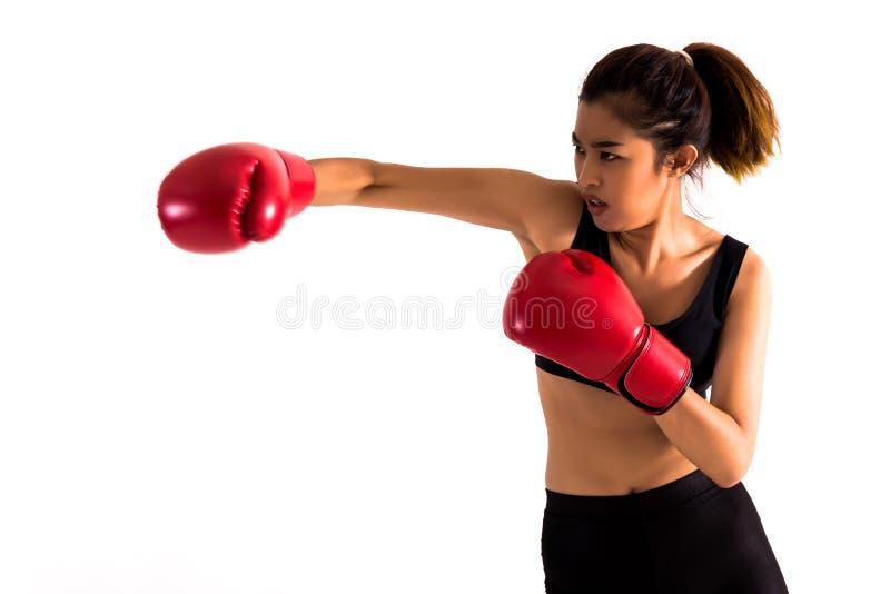 Portret młody żeński bokser uderza pięścią na białym odosobnionym tle z kopii przestrzenią fotografia stock