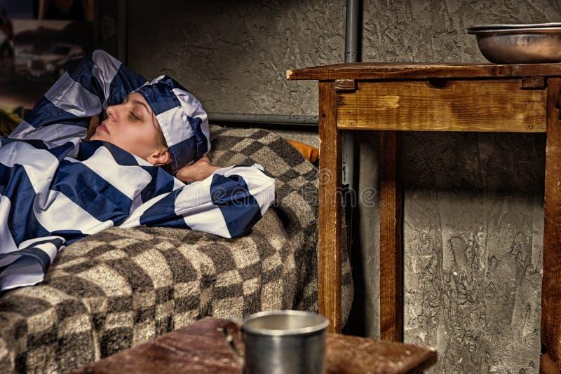Portret młody żeński więzień jest ubranym więzienie mundur los obrazy royalty free