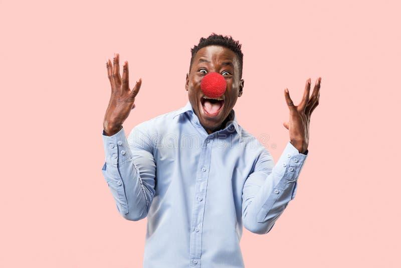 Portret młody afroamerykański mężczyzna patrzeje szalony szczęśliwego Czerwona nosa dnia odświętność obraz royalty free