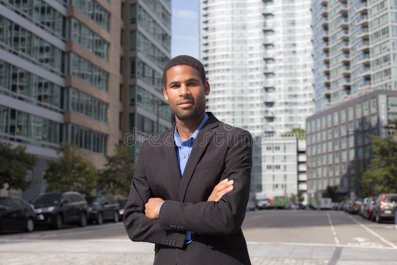 Portret Młody amerykanina afrykańskiego pochodzenia biznesowego mężczyzna przyglądający ostrze i ufny zdjęcie royalty free