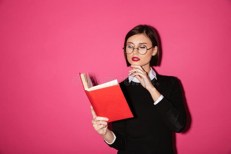Portret młody atrakcyjny bizneswomanu czytanie obraz stock