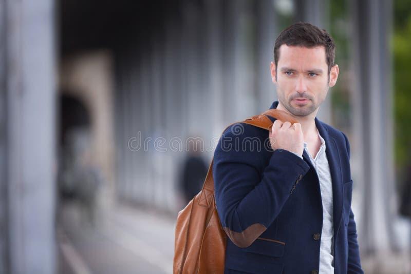 Portret młody atrakcyjny francuski mężczyzna w Paryż zdjęcie royalty free