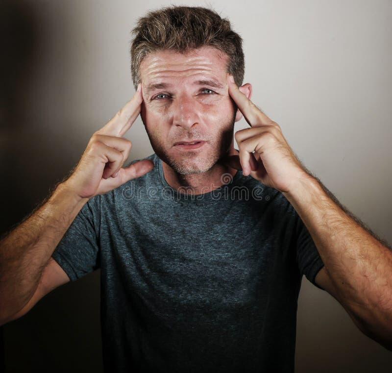 Portret młody atrakcyjny mężczyzna zmęczony i skołowany smutnego i przygnębionego przyglądający cierpienie stres, depresja i obraz stock
