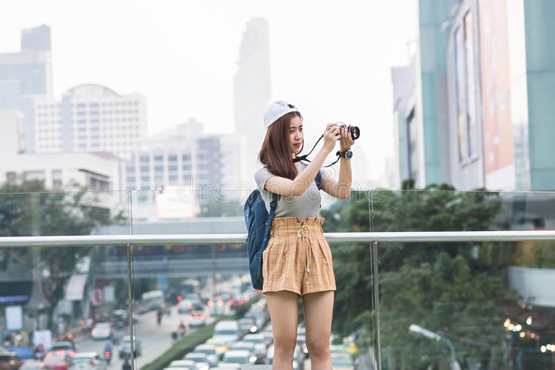 Portret m?ody Azjatycki kobieta turysta z cyfrow? kamer? w r?kach Podr??y i wakacje poj?cie obrazy royalty free