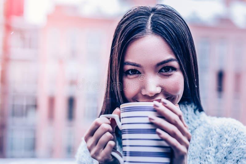 Portret młody Azjatycki kobiety ono uśmiecha się zdjęcia royalty free