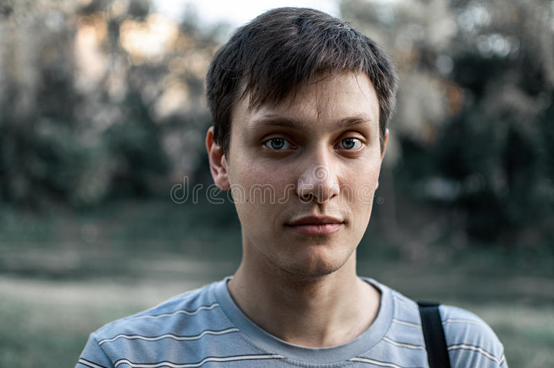 Portret młody błękit przyglądał się mężczyzna w parku zdjęcie royalty free