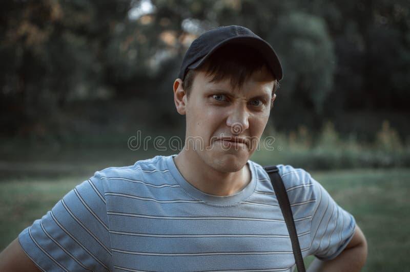 Portret młody błękit przyglądał się mężczyzna w parku obraz royalty free