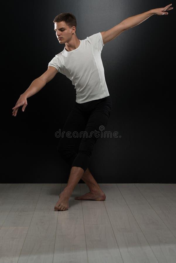 Portret Młody Baletniczy tancerz Na Czarnym tle obraz royalty free