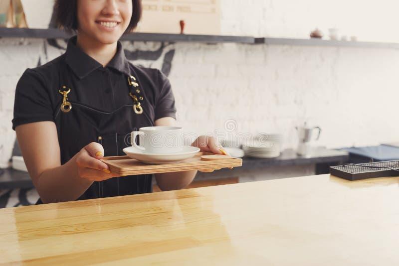 Portret młody barista przy sklep z kawą kontuarem zdjęcia stock