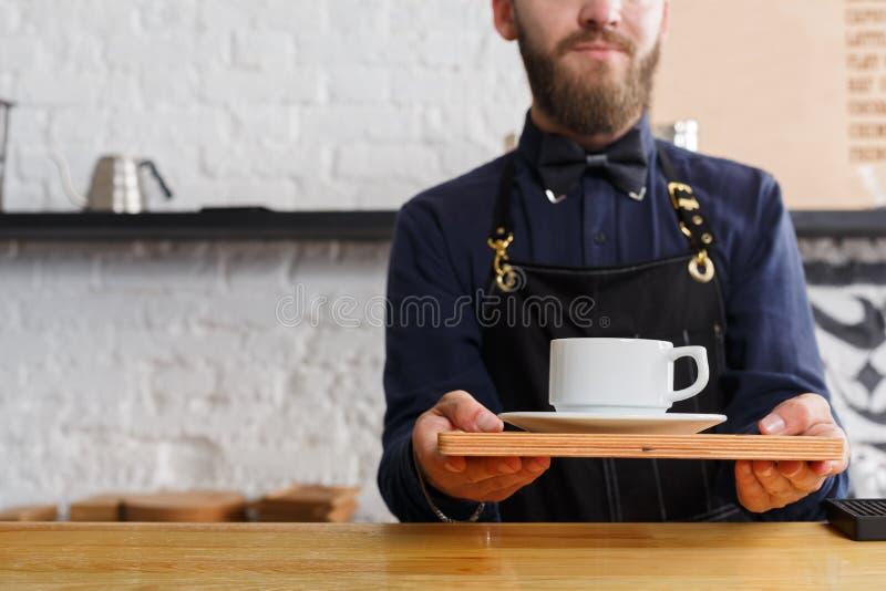 Portret młody barman przy sklep z kawą kontuarem obrazy royalty free
