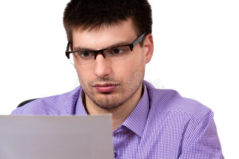 Portret młody biznesmen, czyta biznesowego dokument zdjęcia royalty free