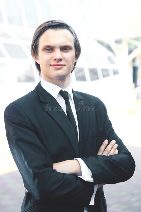 Portret młody biznesmen na zamazanym tle zdjęcie royalty free