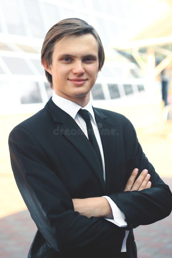 Portret młody biznesmen na zamazanym tle obrazy stock