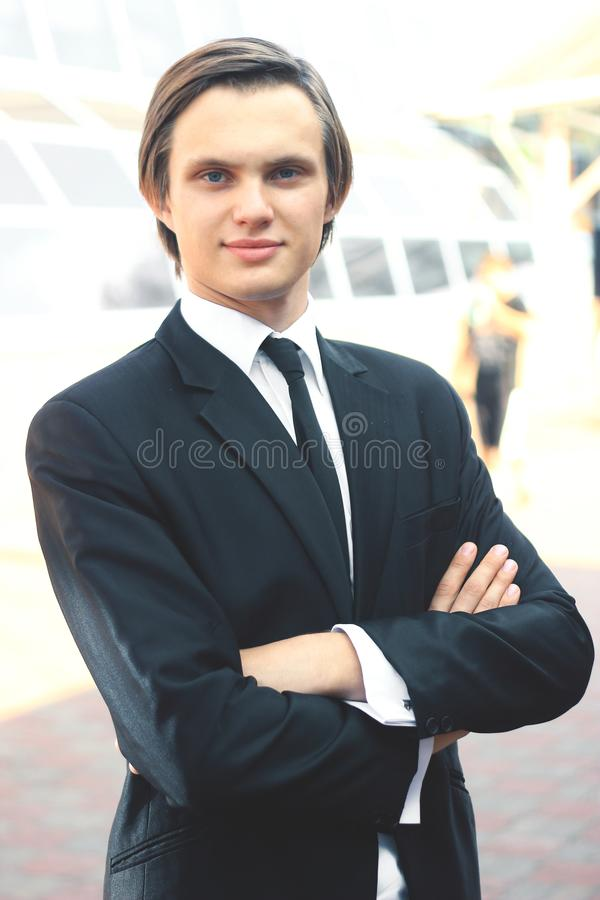 Portret młody biznesmen na zamazanym tle obrazy royalty free