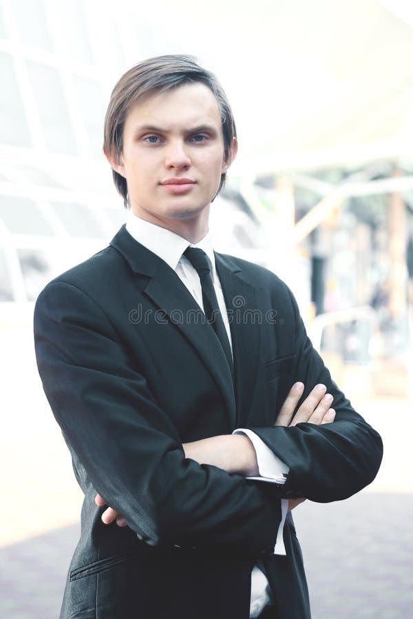 Portret młody biznesmen na zamazanym tle zdjęcia stock