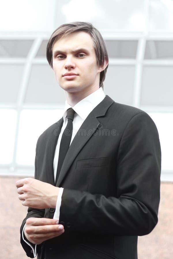 Portret młody biznesmen na zamazanym tle obraz stock