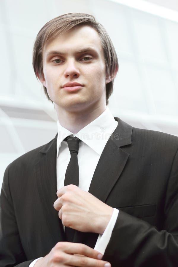 Portret młody biznesmen na zamazanym tle obraz royalty free
