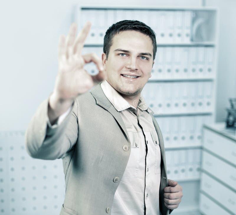 Portret młody biznesmen pokazuje OK znaka zdjęcie royalty free