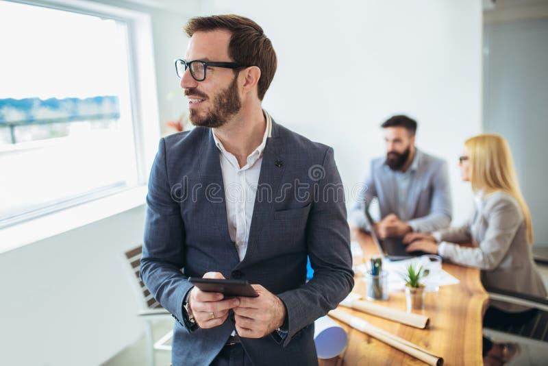 Portret młody biznesmen używa cyfrową pastylkę zdjęcie royalty free