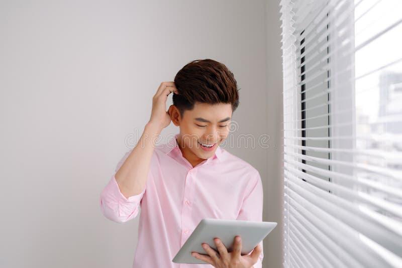 Portret młody biznesmen w biurze z dużym okno Biznes obraz stock