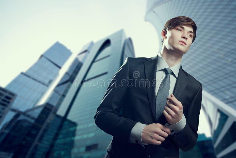 Portret młody biznesmen w miastowym położeniu zdjęcie stock