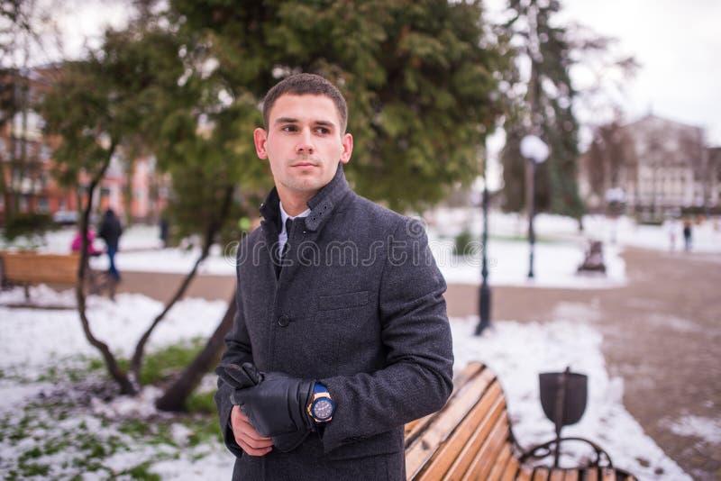 Portret młody biznesmen w zima parku Wzorcowa fotografia obrazy stock