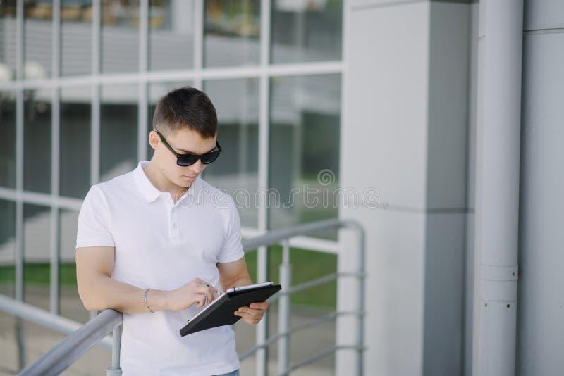 Portret młody biznesmen widzii na jego pastylka komputerze osobistym fotografia stock