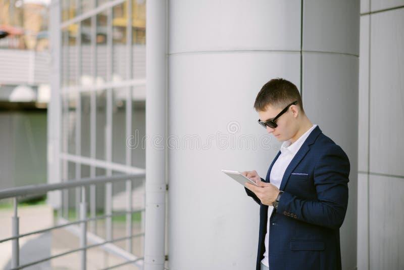 Portret młody biznesmen widzii na jego pastylka komputerze osobistym na s zdjęcia royalty free