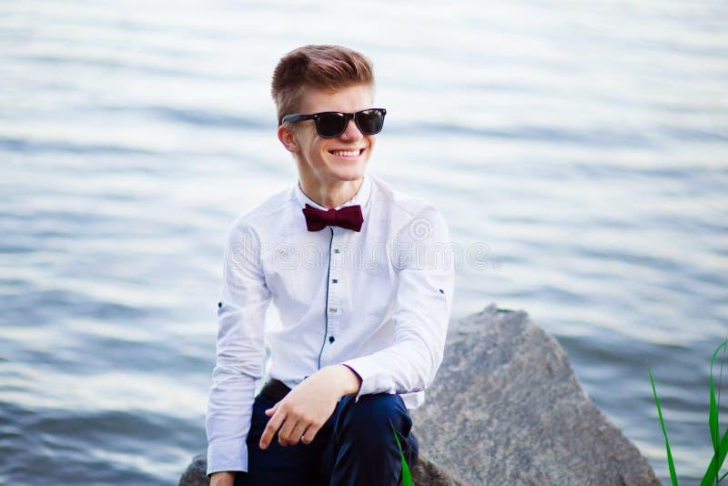 Portret młody biznesu trener ufny w on Poważny ono uśmiecha się szczęśliwy pomyślny pozytywny biznesmen zdjęcie royalty free