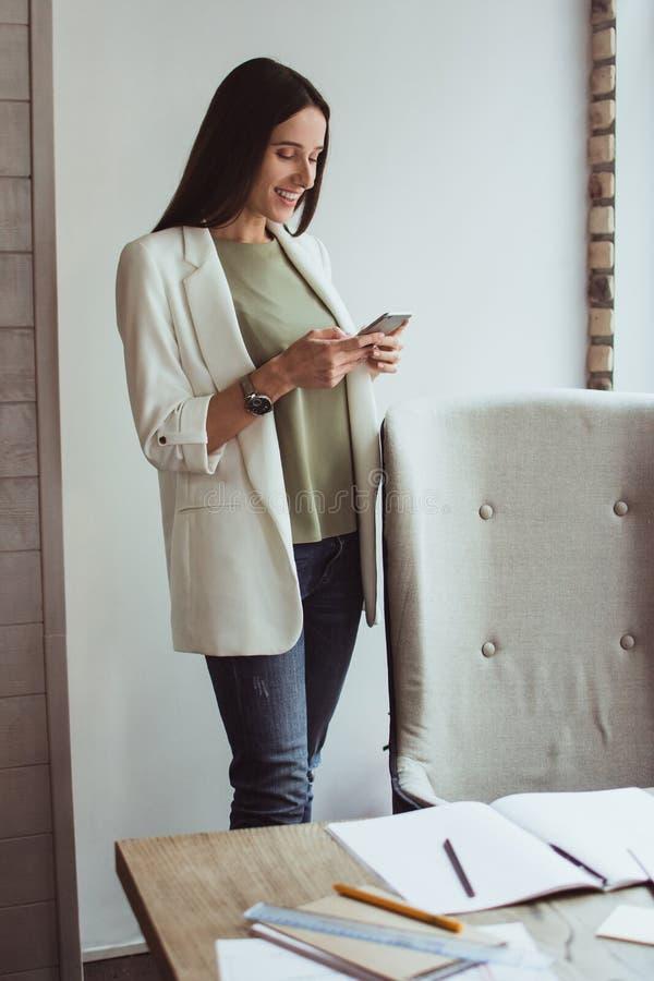 Portret młody bizneswomanu obsiadanie z jej laptopem w biurze zdjęcie stock