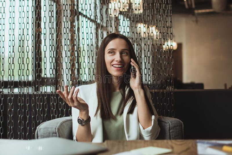 Portret młody bizneswomanu obsiadanie z jej laptopem w biurze fotografia royalty free