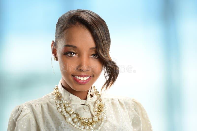 Portret młody bizneswomanu ono uśmiecha się obraz stock