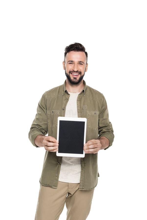 portret młody caucasian mężczyzna pokazuje pastylkę z pustym ekranem obrazy stock